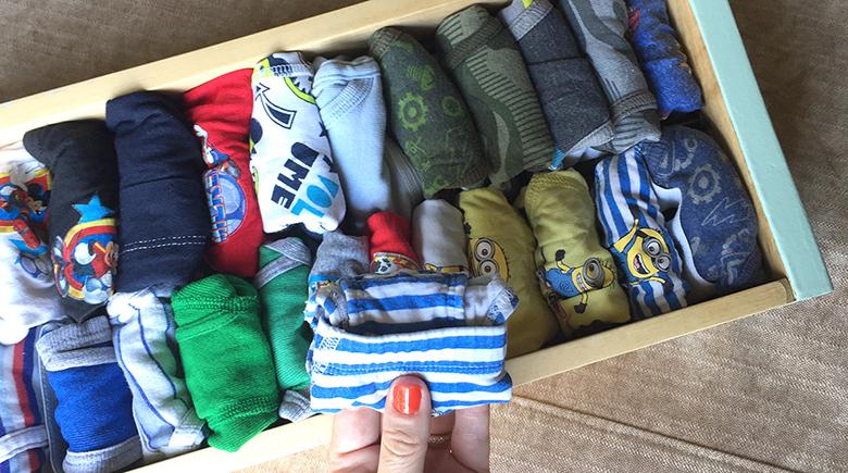 cómo doblar pantalones en una maleta