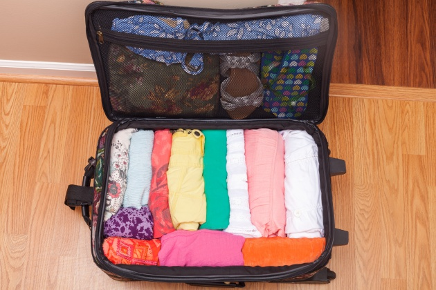 Cómo doblar camisetas en una maleta