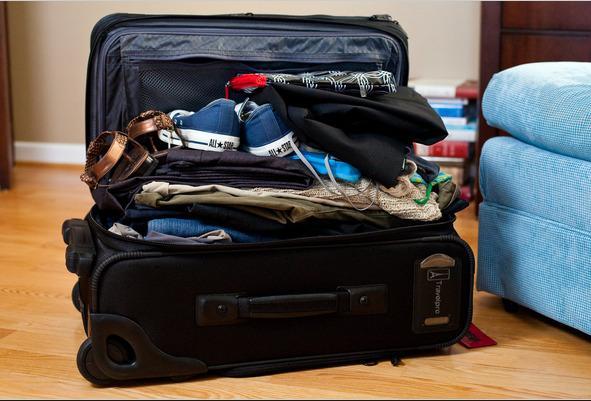 meter mucha ropa en una maleta